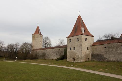 vorne Biersiederturm, hinten Frauenturm von außerhalb der Stadtmauer