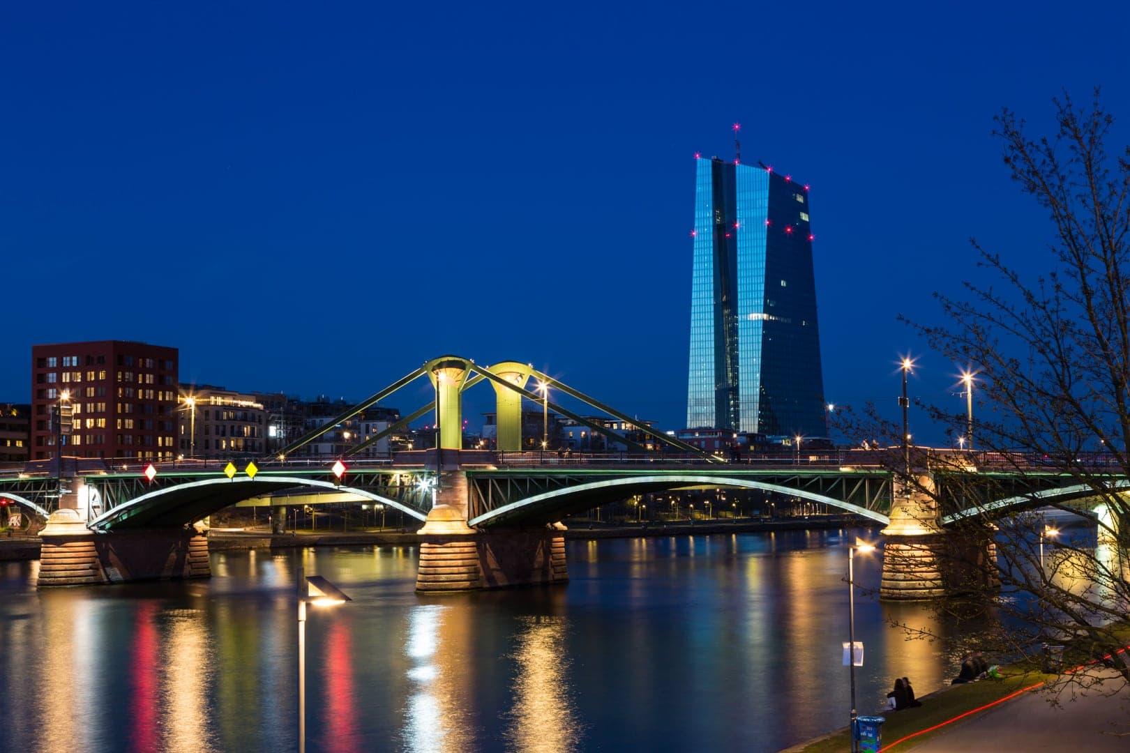 EZB am Ostend, Blaue Stunde