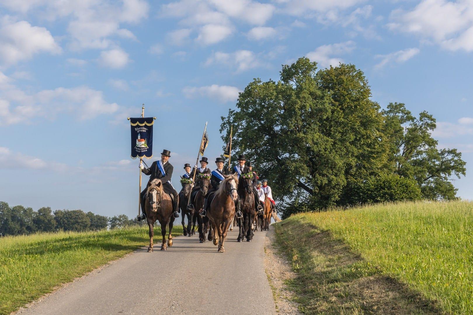 Reitergruppen in Schwarz mit weißen Schärpen