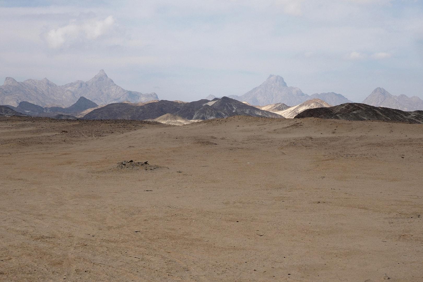 Auf einer Asphaltpiste geht es, von Marsa Alam aus, mit dem Taxi 240 km durch eine Geröllwüste in den Süden.
